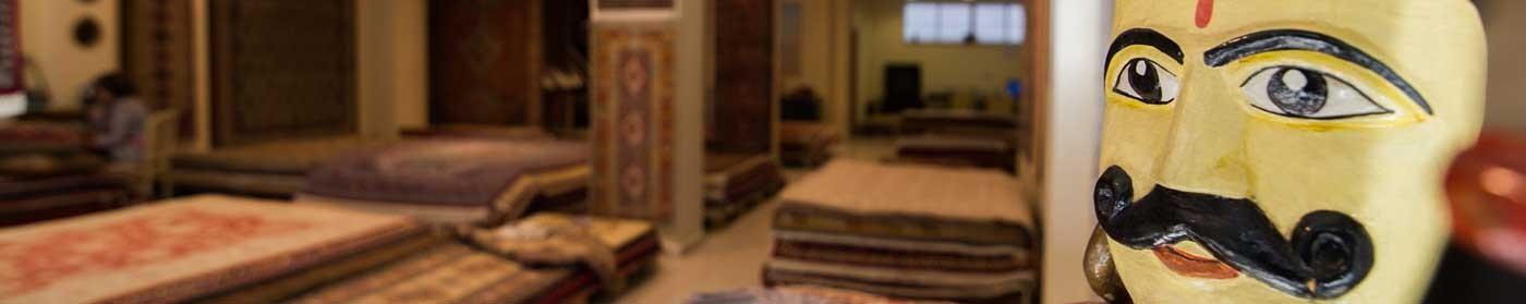 Muestra del interior de la tienda con artículos de decoración y alfombras.