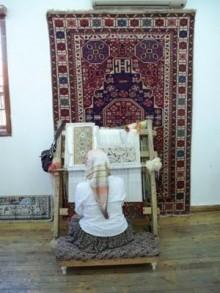 http://alfombrasyasmina.com/galeria/426-thumb-mujer-anudando-alfombra.jpg